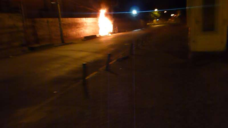 O fogo agiu rápido e destruiu em minutos a cabine que guardava mercadorias dos camelôs - foto Saulo Valley m_P1090225