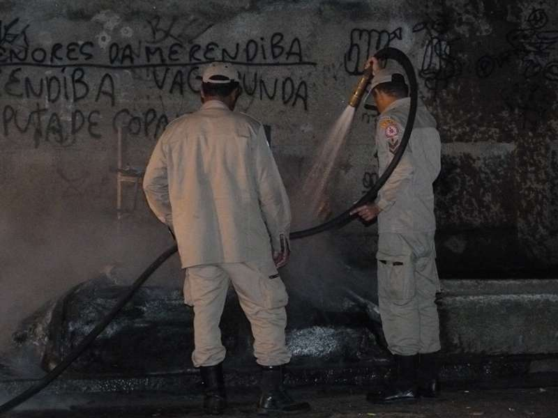 Incêndio em cabine destroi mercadoria de camelôs - por Saulo Valley - m_P1090231