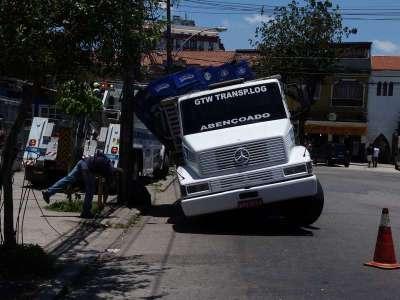 Caminhão tem eixo quebrado na Conde de Agrolongo 2 - Foto: Saulo Valley
