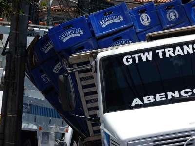 Caminhão tem eixo quebrado na Conde de Agrolongo - Foto: Saulo Valley
