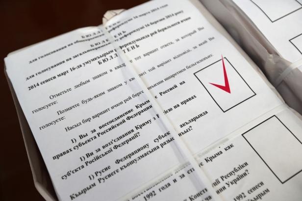 Cédulas de votação já marcadas à favor de integração à federação russa - close - 13-03-2014